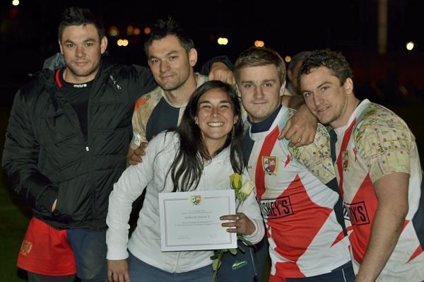 La capitana de la rama femenina recibe el reconocimiento de los jugadores del plantel de honor