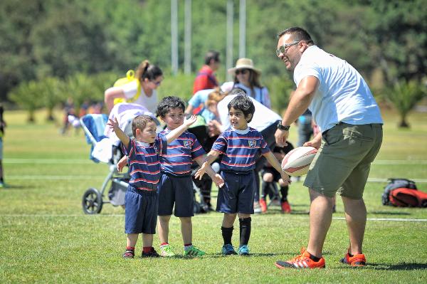 Felipe Días junto a algunos de los más pequeños jugadores del club.